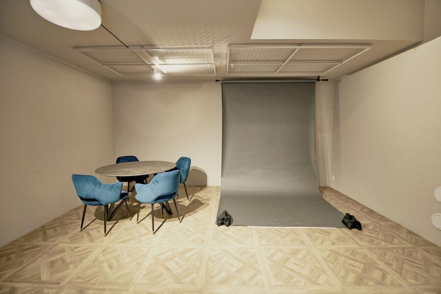 studio_01天井には背景紙やモニュメントを取り付け可、